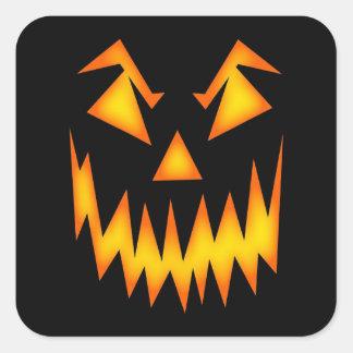 Beängstigende Gesichts-Orange auf schwarzem Quadratischer Aufkleber