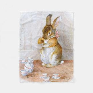 Beatrix Potter: Häschen-Mädchen-trinkender Tee Fleecedecke