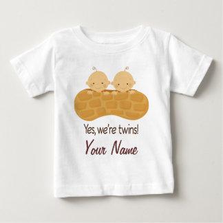 Bébés personnalisés par garçon jumeau dans une t-shirt pour bébé