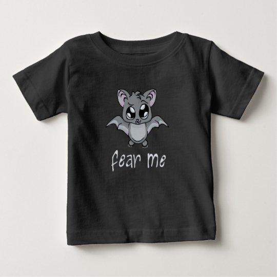 Befürchten Sie mich! Schlagen Sie (heller Text) Baby T-shirt