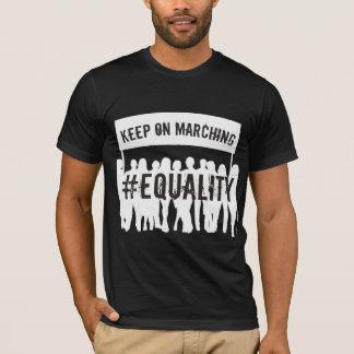 Behalten Sie auf marschierendem T-Shirt