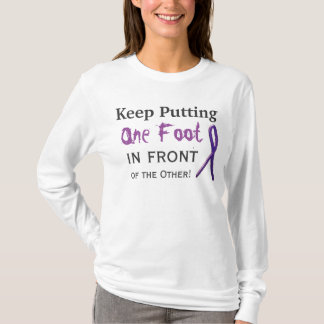 Behalten Sie das Setzen von einem Fuß vor dem T-Shirt