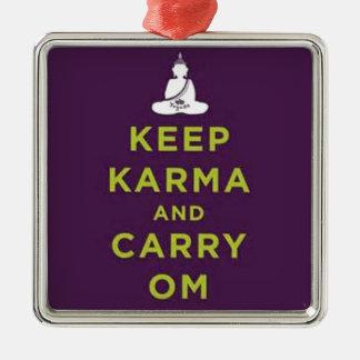 Behalten Sie Karma und tragen Sie OM Quadratisches Silberfarbenes Ornament