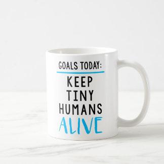 Behalten Sie kleine Menschen-lebendige Tasse