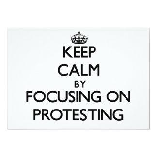 Behalten Sie Ruhe, indem Sie auf den Protest sich Individuelle Ankündigskarten