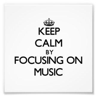 Behalten Sie Ruhe indem Sie auf Musik sich Photo