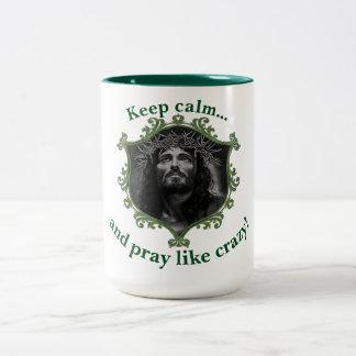 Behalten Sie Ruhe… und beten Sie wie verrücktes! Zweifarbige Tasse