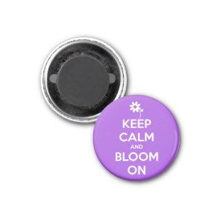 Behalten Sie Ruhe und Blüte auf lila rundem Runder Magnet 2,5 Cm