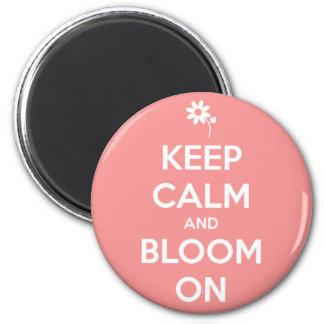 Behalten Sie Ruhe und Blüte auf rosa und weißer Runder Magnet 5,7 Cm