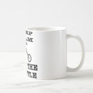 Behalten Sie Ruhe und Drehung der Kaffeetasse