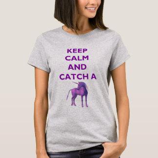 Behalten Sie Ruhe und fangen Sie einen lila T-Shirt