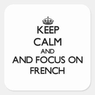 Behalten Sie Ruhe und Fokus auf Franzosen Quadratischer Aufkleber