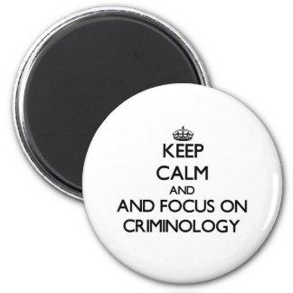Behalten Sie Ruhe und Fokus auf Krimonologie Runder Magnet 5,7 Cm