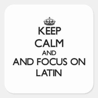 Behalten Sie Ruhe und Fokus auf Latein Quadratischer Aufkleber