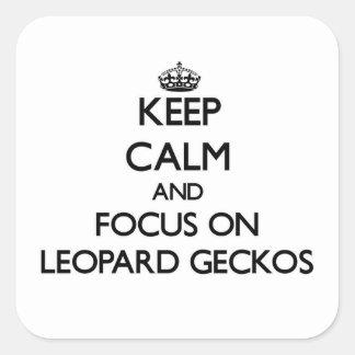 Behalten Sie Ruhe und Fokus auf LeopardGeckos Quadratischer Aufkleber