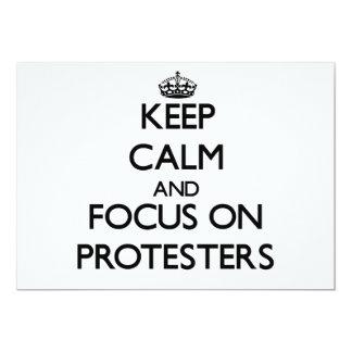 Behalten Sie Ruhe und Fokus auf Protesters 12,7 X 17,8 Cm Einladungskarte