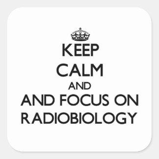 Behalten Sie Ruhe und Fokus auf Radiobiology Quadratischer Aufkleber