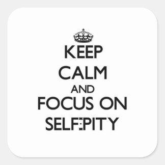 Behalten Sie Ruhe und Fokus auf Selbst-Mitleid Quadrataufkleber