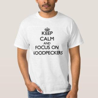 Behalten Sie Ruhe und Fokus auf Spechten T-Shirt