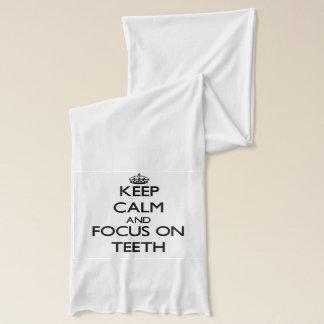 Behalten Sie Ruhe und Fokus auf Zähnen Schal