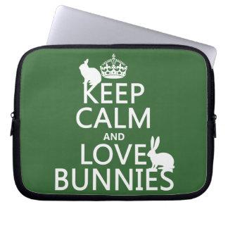 Behalten Sie Ruhe-und Liebe-Häschen - alle Farben Laptopschutzhülle