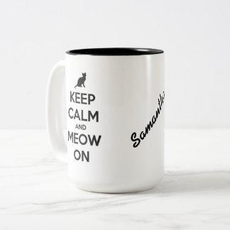Behalten Sie Ruhe und Meow auf Schwarzem auf Zweifarbige Tasse