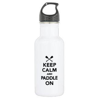 Behalten Sie Ruhe und Paddel an Trinkflasche