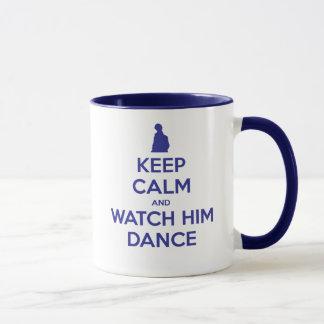 Behalten Sie Ruhe und passen Sie ihn auf zu tanzen Tasse