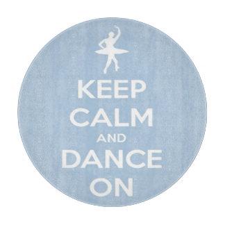 Behalten Sie Ruhe und tanzen Sie auf blaue und Schneidebrett