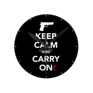 Behalten Sie Ruhe und tragen Sie ein Gewehr Runde Wanduhr