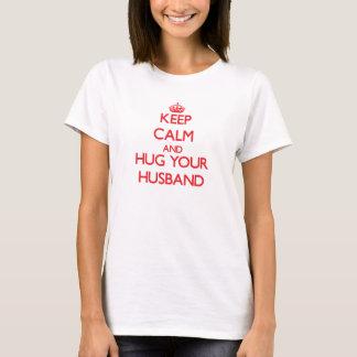 Behalten Sie Ruhe und UMARMEN Sie Ihren Ehemann T-Shirt