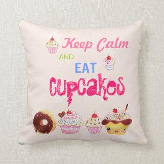 Behalten Sie ruhig und essen Sie kleine Kuchen Kissen