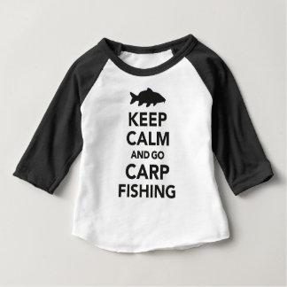 """""""Behalten Sie ruhig und gehen Sie Karpfenfischen"""" Baby T-shirt"""