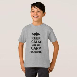 """""""Behalten Sie ruhig und gehen Sie Karpfenfischen"""" T-Shirt"""