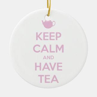 Behalten Sie ruhig und haben Sie Tee-Rosa auf Weiß Keramik Ornament