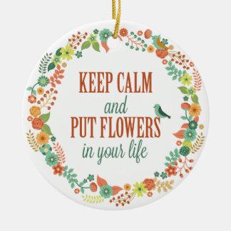 Behalten Sie ruhig und setzen Sie Blumen in Ihre Keramik Ornament