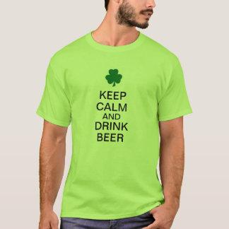 Behalten Sie ruhiges und Getränk-Bier T-Shirt