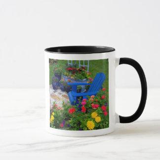 Behälter-Gartenentwurf mit blauem Stuhl in unserem Tasse