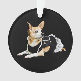 Beige gemalte bezaubernde Chihuahua auf schwarzem Ornament