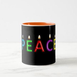 Beleuchten Sie eine Kerze für getonte Tasse des