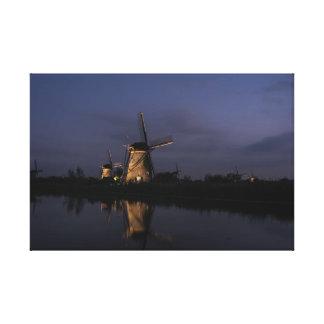 Belichtete Windmühle an der blauen Stunde Leinwanddruck