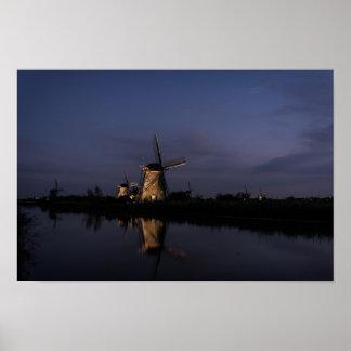 Belichtete Windmühle an der blauen Stunde Poster