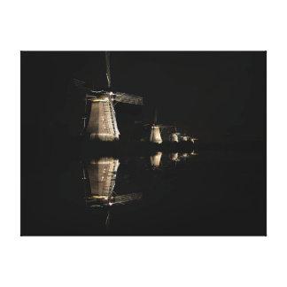Belichtete Windmühlen am NachtLeinwanddruck Leinwanddruck