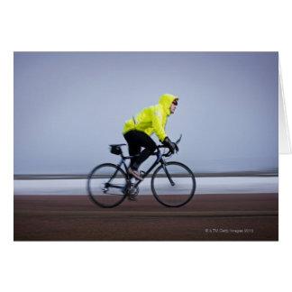 Bemannen Sie Fahrräder an einem kalten und Karte