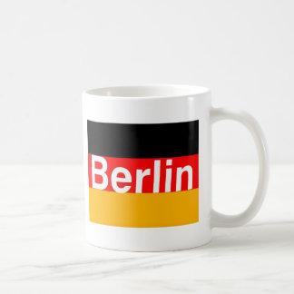 Berlin-Logo im Weiß auf deutscher Flagge Kaffeetasse