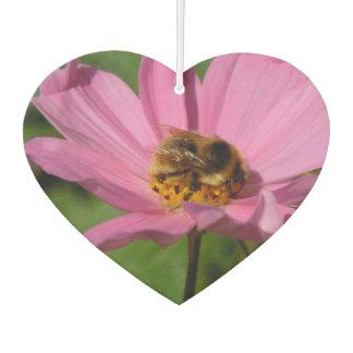 Beschäftigte Biene auf Cosmo Autolufterfrischer
