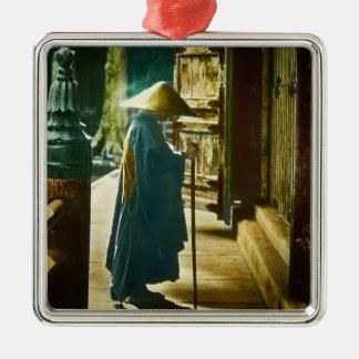 Betender Priester in alter Vintager magischer Silbernes Ornament
