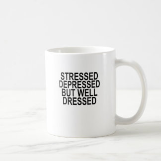 Betontes deprimiertes aber gut gekleidetes kaffeetasse