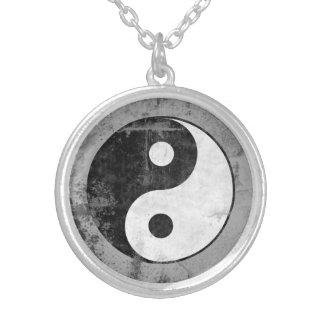 Beunruhigtes Yin Yang Symbol Versilberte Kette