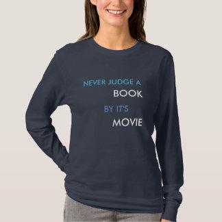 Beurteilen Sie nie ein Buch durch es ist Film (das T-Shirt